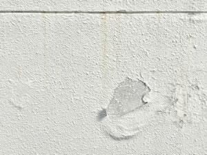 外壁がはがれている画像